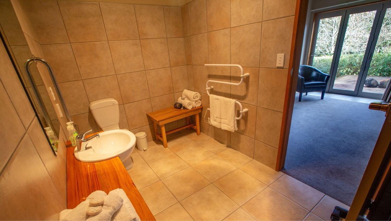 Paramata Lodge West Coast Accommodation - Rakahore Suite Bathroom
